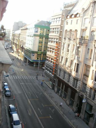 Maharaja Hostel: View of the busy street Ulloi Ut