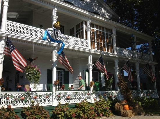 Elaine's Bed & Breakfast Inn: Decorated for the haunted season!