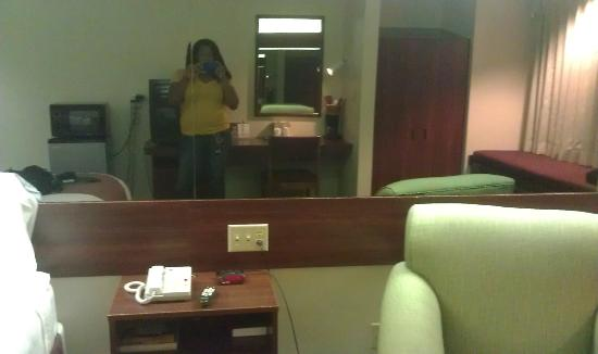 Microtel Inn & Suites by Wyndham Pooler/Savannah: Love the mirror, makes the room look bigger.