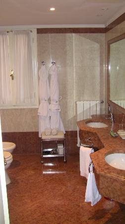The Westin Europa & Regina, Venice: deluxe room bathroom