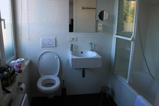 Bruges By Night Bed & Breakfast : Room R, baño