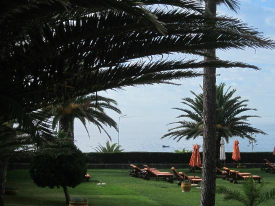 Senhora da Guia Cascais Boutique Hotel: View of the garden and the sea. The pool is just out of sight.