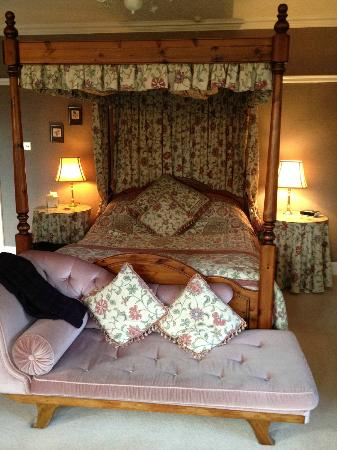 Ard-na-Coille Guest House: Our comfy 4-poster bed