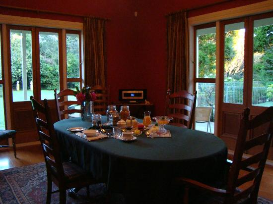 Tairoa Lodge & Cottage: Breakfast is served...