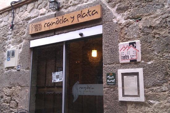 Hotel rural Candela y Plata: La entrada en la calle Hospital