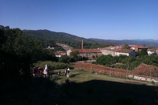 Hotel rural Candela y Plata: Vista desde el parking del jardín y en segundo plano la sierra
