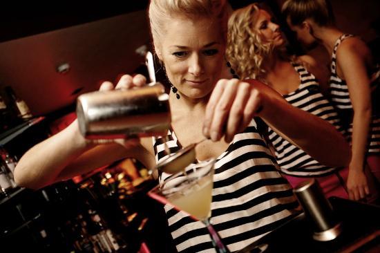 Baila Bar & Club: Making coctail Ginpera