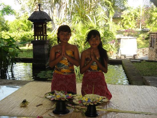 Four Seasons Resort Bali at Jimbaran Bay: Lovely girls greeting us in Lobby