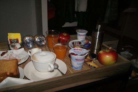 Town House Fontana Di Trevi: Desayuno en el cuarto