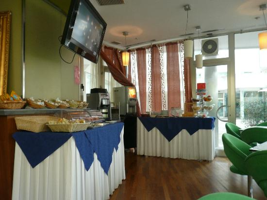 Hotel Centrale: Frühstücksbuffet mit Fernseher