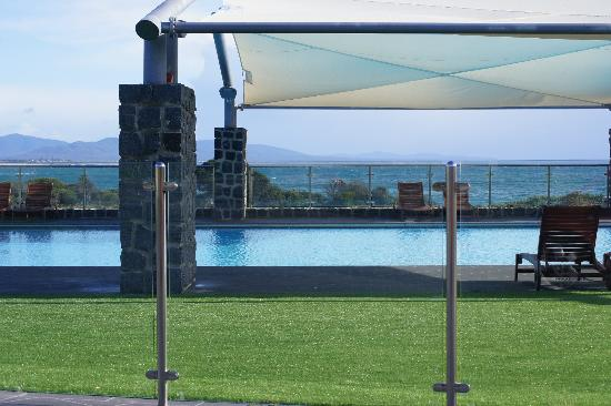 White Sands Resort: Pool, with view to ocean