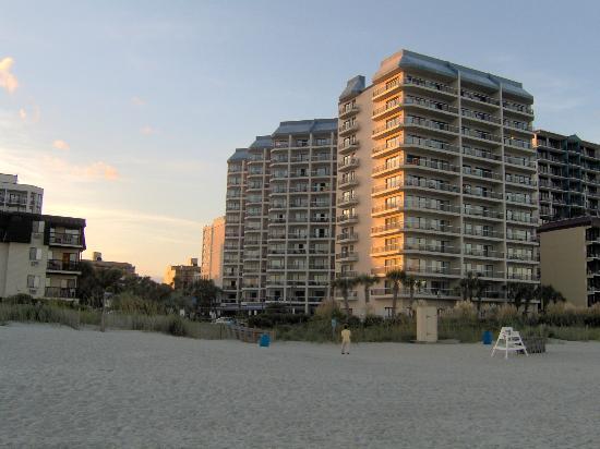 كارولينا ويندز: Resort from beach 
