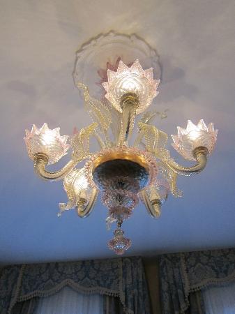 Locanda al Leon: Murano glass chandelier.