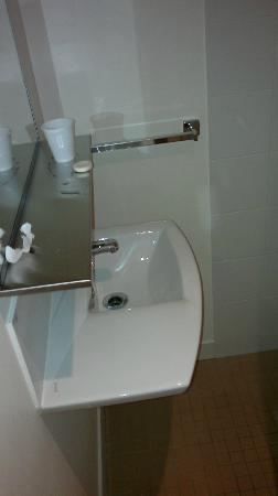 Ibis Budget Hotel Sydney Airport: bathroom sink