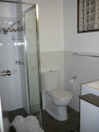 Avoca Beach Hotel & Resort : Bathroom small