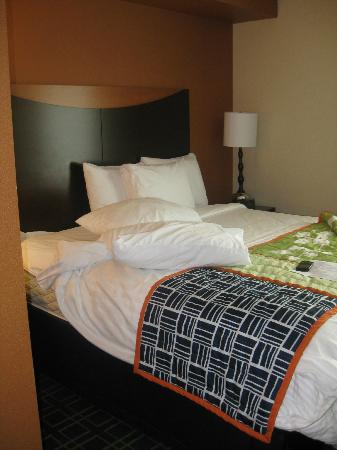 Fairfield Inn & Suites Toronto Mississauga: Bed