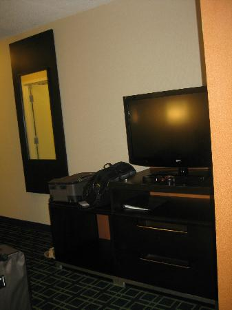 Fairfield Inn & Suites Toronto Mississauga: TV in sitting area