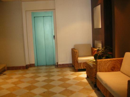 Hotel Balneario de Fuencaliente: Hall de entrada y ascensor