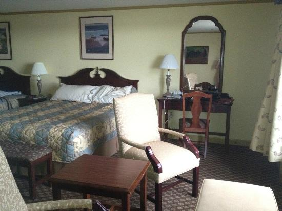 The Sparhawk Oceanfront Resort: queen bed and desk and chair in oceanfront room