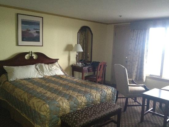 The Sparhawk Oceanfront Resort: One of two queen beds in oceanfront room