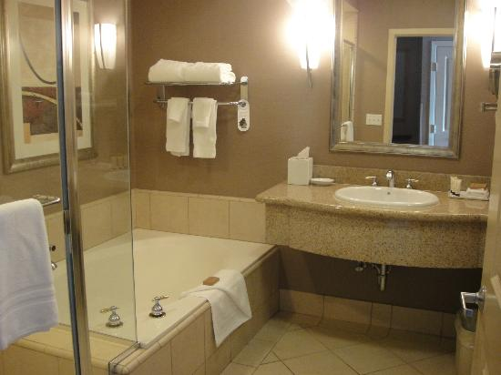 Executive Inn and Suites: Nicely upgraded bathroom
