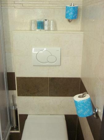 Yes Hotel: Baño