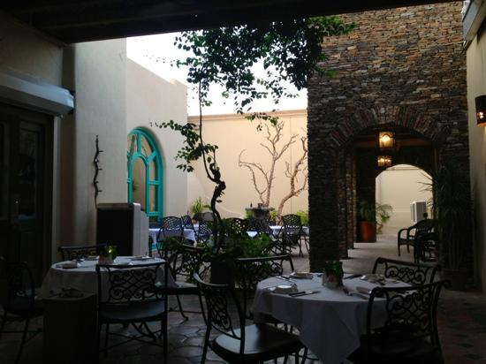 Santa FE Steakhouse: courtyard in the evening