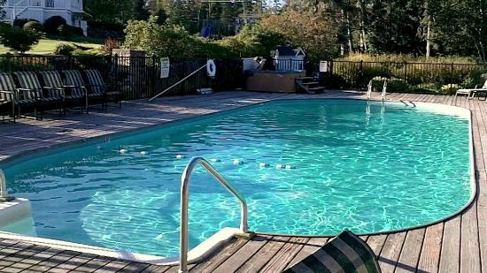 فندق نيوجن مطل على البحر: Pool area and hot tub 