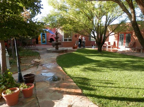 Heward House Bed and Breakfast: Beautiful patio and yard.