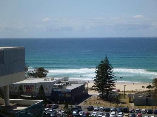 Peppers Broadbeach: View of the ocean around the corner of the balcony