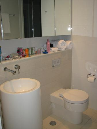 Peppers Broadbeach: Second bathroom