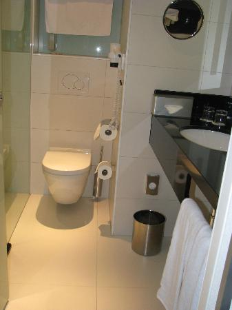 Radisson Blu Hotel, Amsterdam: Sizable bathroom