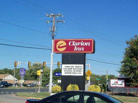 Clarion Inn: sign of hotel located near the street