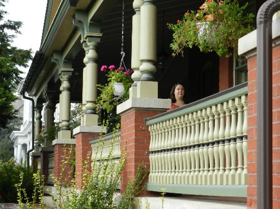 B.F. Hiestand House Bed & Breakfast : Awesome front porch!