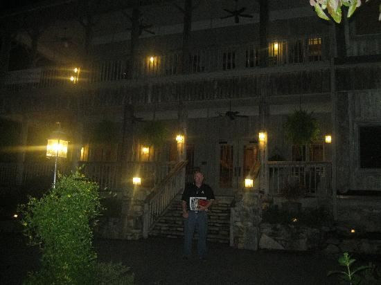 The Esmeralda Inn: At night.... beautiful
