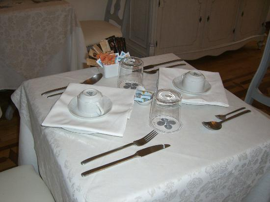 Ca dei Polo: Lovely table setting for breakfast, this room is truly beautiful as well