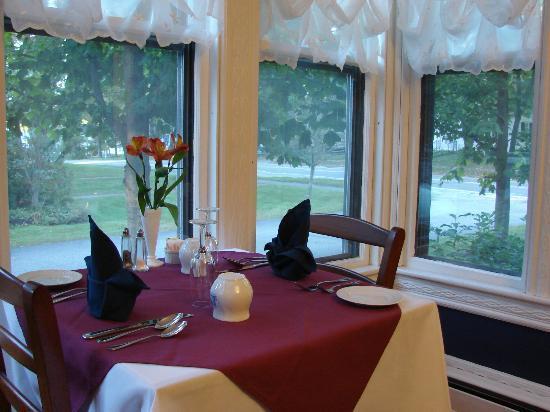 برويستر هاوس بيد آند بريكفاست: Dinning room window view 