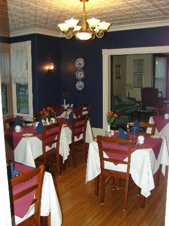 Brewster House Bed & Breakfast: Dinning area