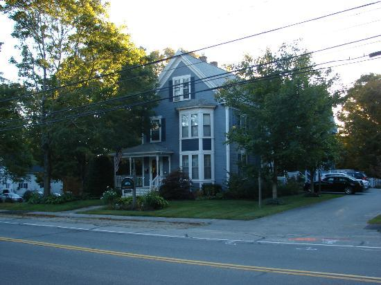 Brewster House Bed & Breakfast: View of B&B from accross the street