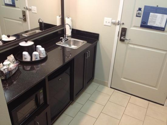 Hampton Inn & Suites Chicago Southland-Matteson: Fridge, microwave, and sink! really nice bar area upon entry!