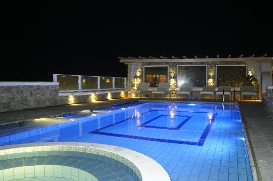 Damianos Hotel: Pool at night