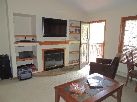 Boulder Brook on Fall River: livingroom