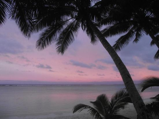 Bella Beach Bungalows: sunset out front