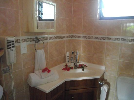 Bella Beach Bungalows: bathroom