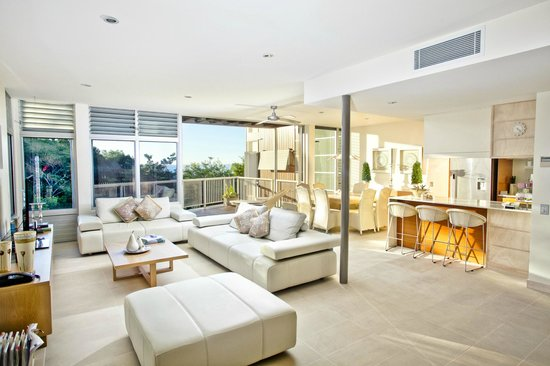 Outrigger Little Hastings Street Villas and Penthouses: Deluxe Villa: Living, dining and outdoor
