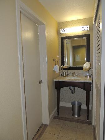 Cheyenne Mountain Resort: vanity outside bathroom