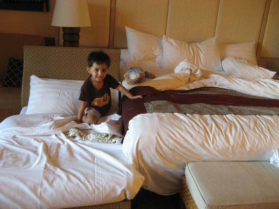 Shangri-La's Boracay Resort & Spa: A special small bed for my son