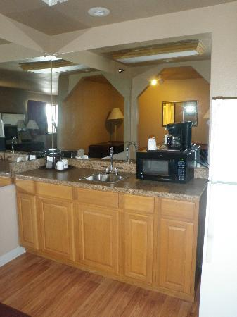 Home Place Inn: Corner Kitchenette Suite - View of Counter Top