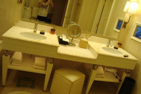 Wynn Las Vegas: double vanity bathroom