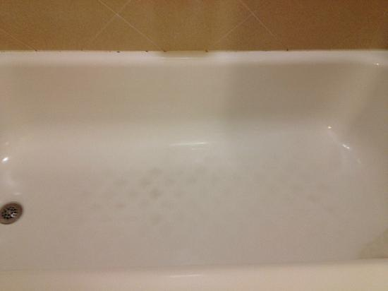 Holiday Inn Express Hotel & Suites Latham: Dirty tub bottom